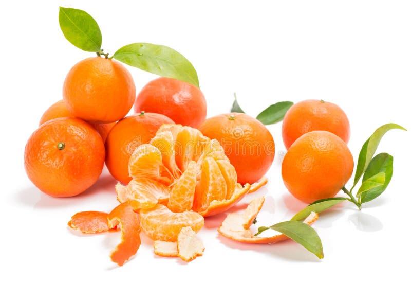 Os mandarino ou clementina com segmentos com folhas imagem de stock royalty free