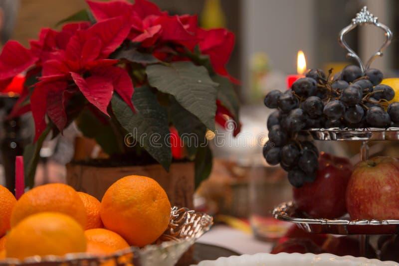 Os mandarino, uvas e poinsétia fotografia de stock royalty free