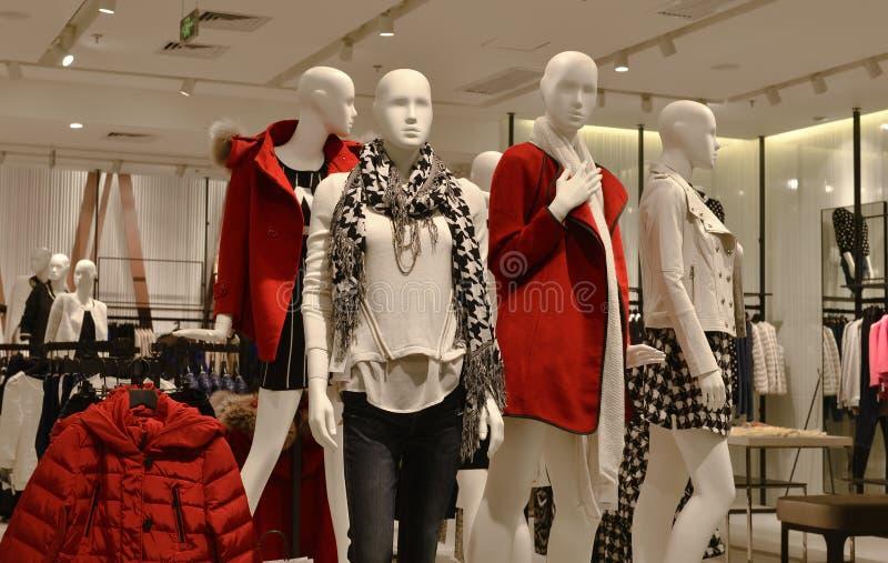 Os manequins da forma do inverno do outono na roupa de forma compram, loja do vestido, loja de vestido, foto de stock