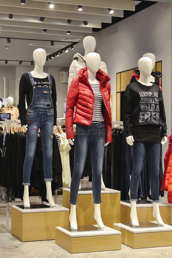 Os manequins na forma compram, calças de brim e para baixo manequins da forma do revestimento imagens de stock royalty free