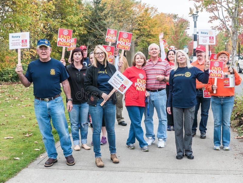 Os manifestantes do dia da poliomielite do mundo de Rotary Club sorriem para a fotografia fotos de stock