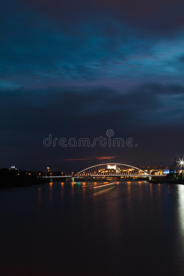 Os marcos, o castelo e as pontes de Bratislava da noite fotografia de stock