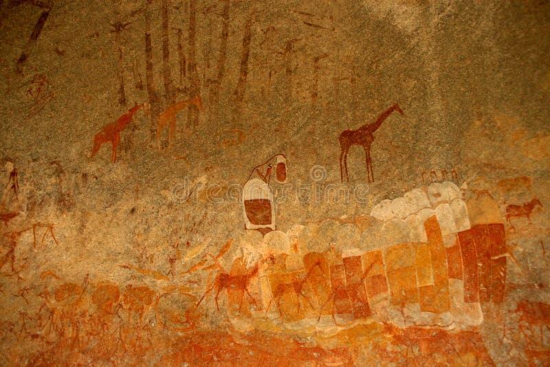 Os mateiros balançam a pintura das figuras e dos antílopes humanos, girafa do parque nacional de Matopos, Zimbabwe imagens de stock royalty free