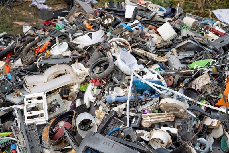 Os materiais de sucata são coletados para classificação e reciclagem fotos de stock royalty free