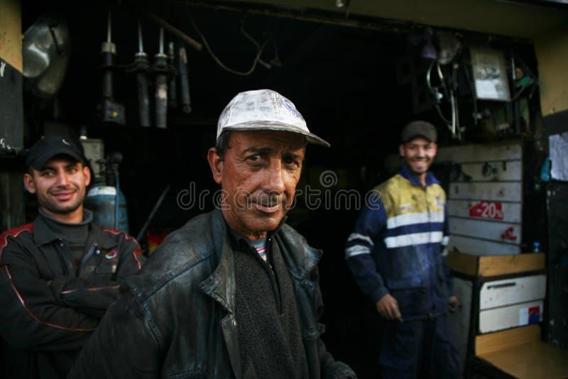 Os mecânicos amigáveis do carro três em Marrocos imagens de stock
