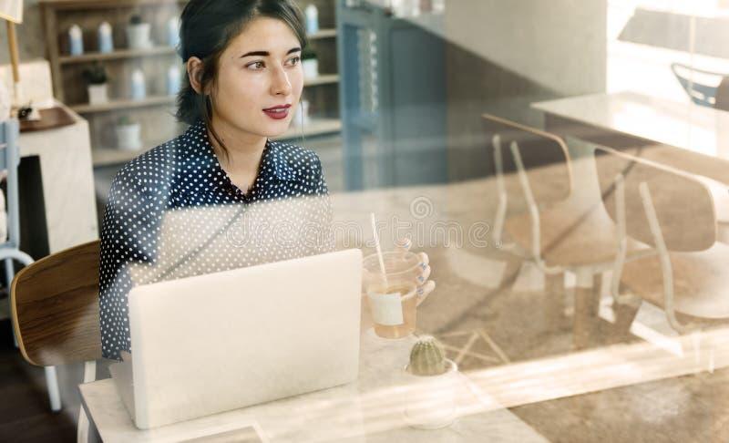 Os meios sociais do café ocasional da mulher relaxam o conceito foto de stock royalty free