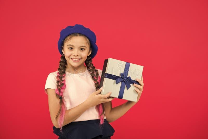 Os melhores brinquedos e presentes do Natal Menina da crian?a na caixa de presente da posse do chap?u da boina Crian?a excitada s foto de stock royalty free
