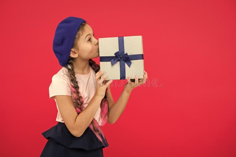 Os melhores brinquedos e presentes do Natal Menina da crian?a na caixa de presente da posse do chap?u da boina Crian?a excitada s fotos de stock
