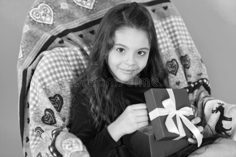 Os melhores brinquedos e presentes do Natal para crian?as Caixa de presente da posse da menina da crian?a Presente de desembalage foto de stock
