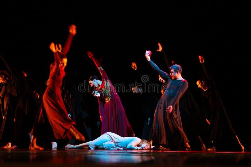 Os membros de Yevgeny Panfilov Ballet Studio do permanente executam Romeo e Juliet durante IFMC o 22 de novembro de 2013 em Vitebs fotos de stock