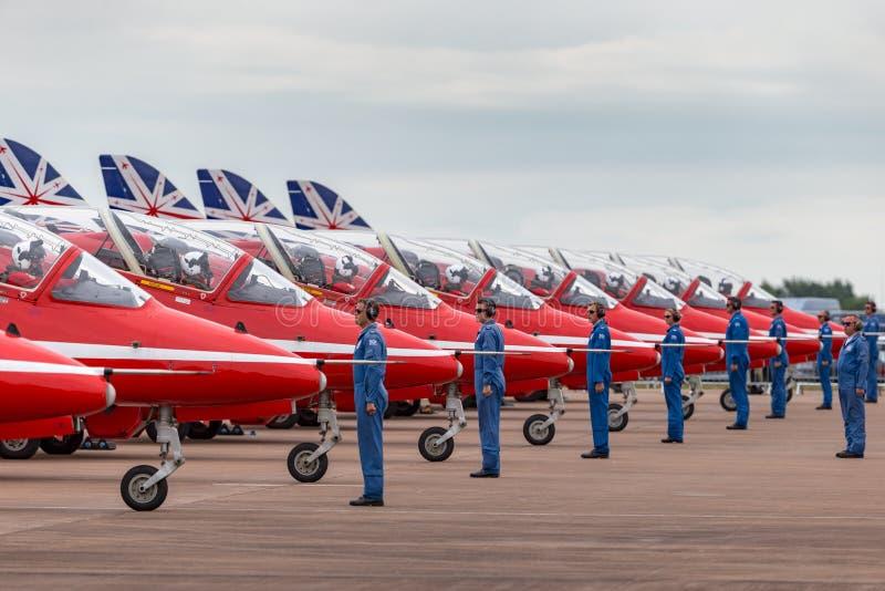 Os membros do grupo à terra de Royal Air Force RAF Red Arrows dão sentidos aos pilotos em seu falcão T do espaço aéreo britânico  fotos de stock