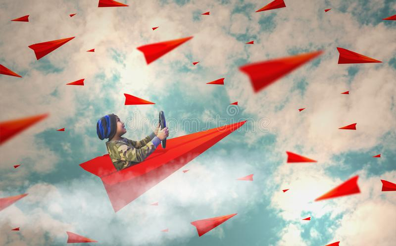Os meninos apreciam conduzir os aviões de papel que sobem acima no céu enchido com muitos planos, conceitos, visão e liderança de fotos de stock royalty free