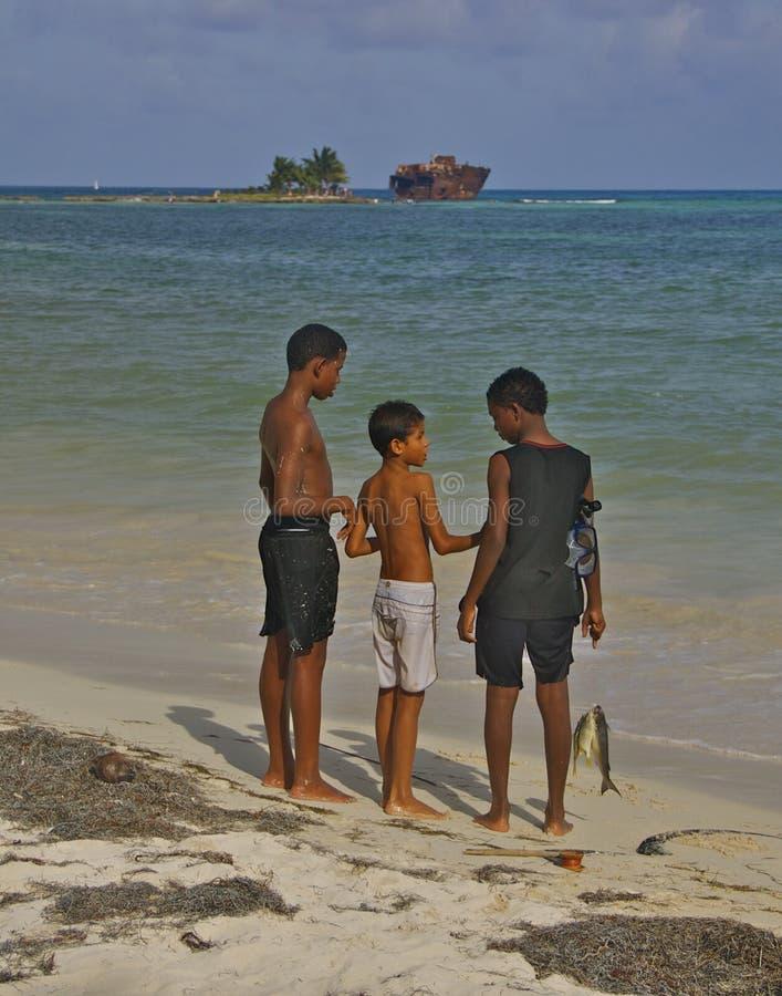 Download Os Meninos Com Os Peixes Em San Andres Encalham, Colômbia Fotografia Editorial - Imagem de rochoso, meninos: 26502942