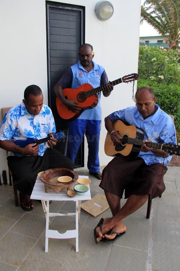 Os meninos da faixa, jogando a música ao compartilhar da cerimônia de Kava, Fiji, 2015 foto de stock