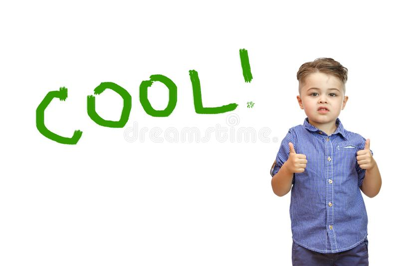 Os meninos entregam mostram um gesto da aprova??o Polegares acima A m?o mostra a classe do gesto Tudo está fresco, você é feito,  foto de stock