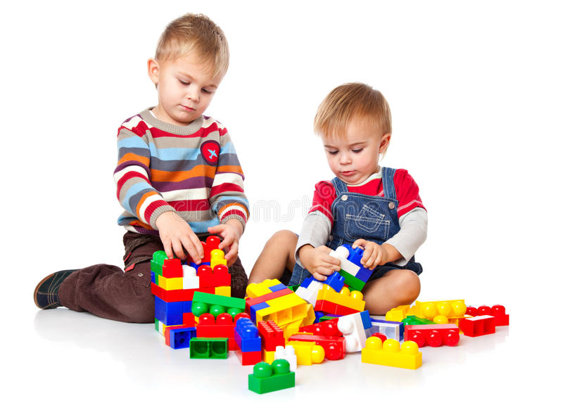 Os meninos estão jogando com o lego fotos de stock royalty free