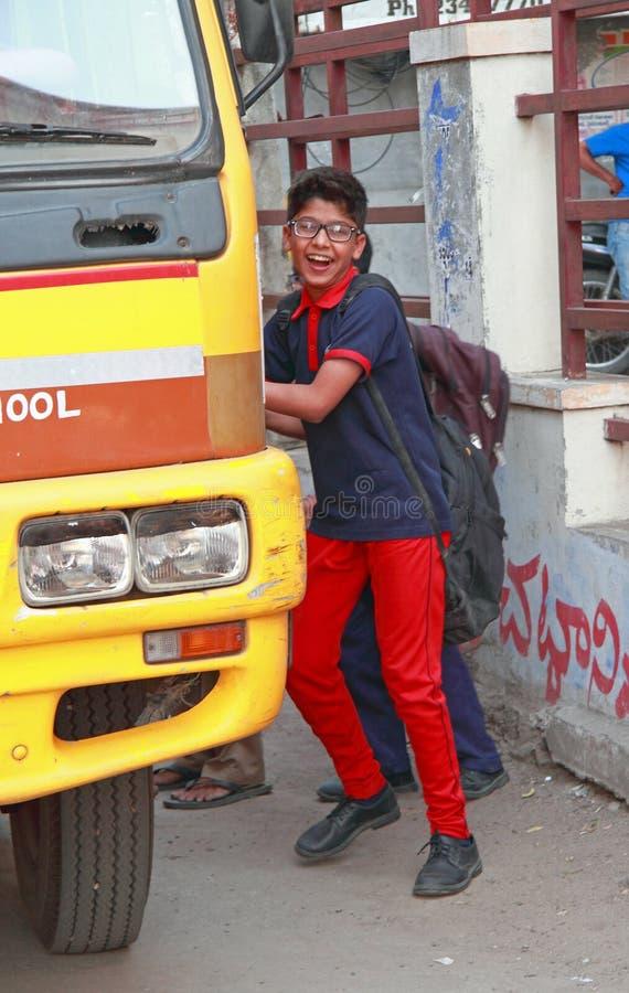 Os meninos estão tomando no ônibus escolar em Hyderabad, Índia fotos de stock