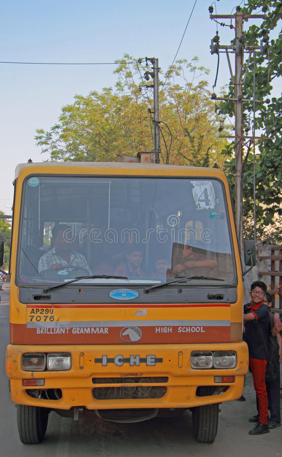 Os meninos estão tomando no ônibus escolar em Hyderabad, Índia imagem de stock
