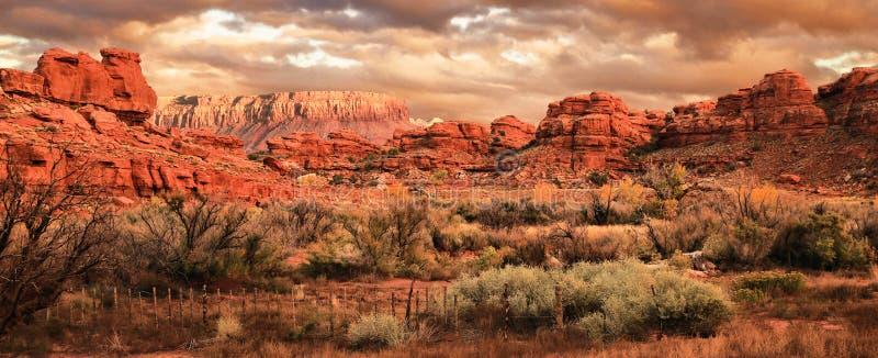 Os mesas, os montes e as montanhas altos do deserto de Utá foto de stock