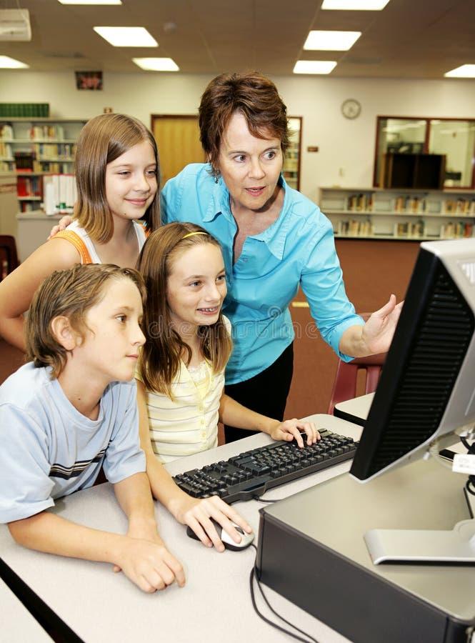 Os miúdos aprendem o computador foto de stock royalty free