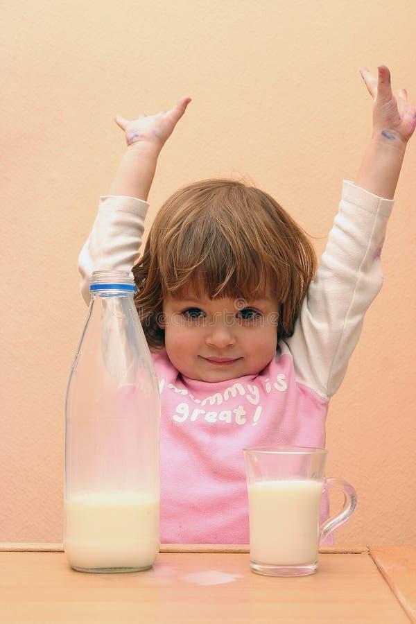 Os miúdos devem beber o leite imagens de stock royalty free