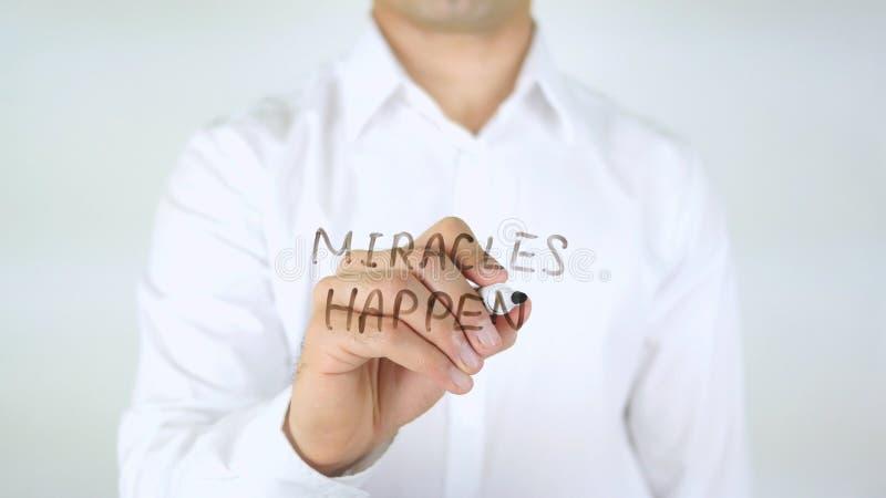 Os milagre acontecem, equipam a escrita no vidro imagem de stock
