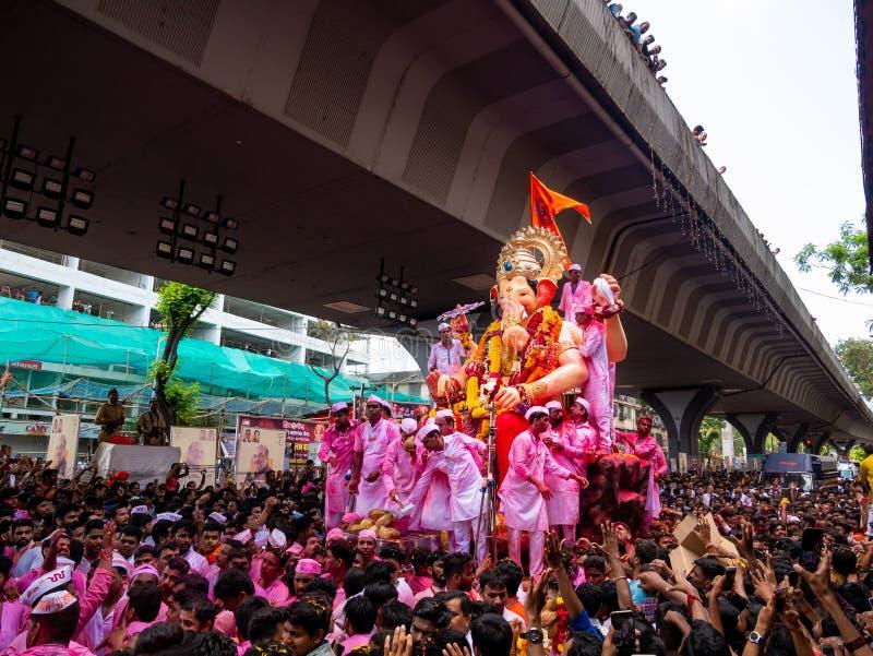 Os milhares de devotos ofereceram adieu a Lord Ganesha fotografia de stock royalty free