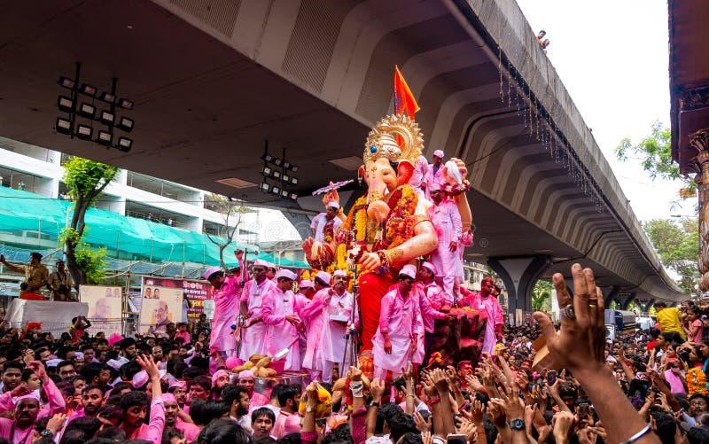 Os milhares de devotos ofereceram adieu a Lord Ganesha fotos de stock royalty free