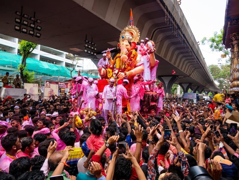 Os milhares de devotos ofereceram adieu a Lord Ganesha foto de stock royalty free