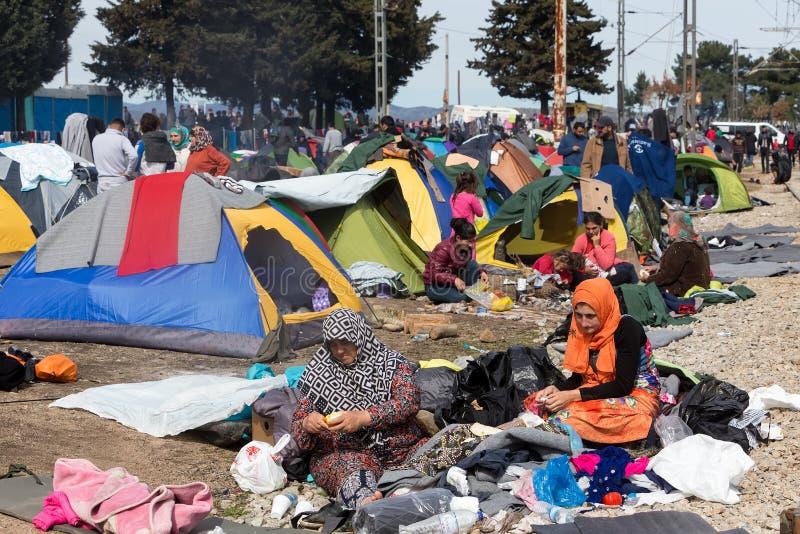 Os milhares de imigrantes estão em uma espera na beira entre Gree imagem de stock royalty free