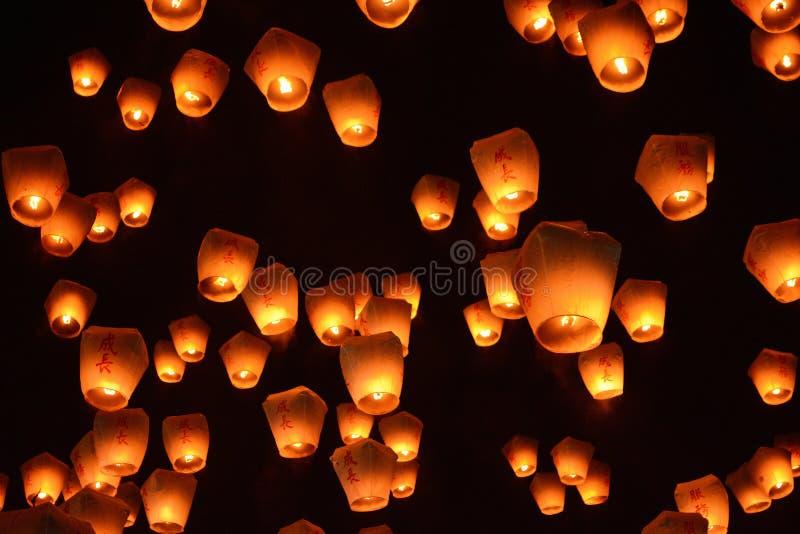 Os milhares de lanternas enchem o céu de Pingxi do céu no festival 2017 de lanterna em Taiwan fotos de stock