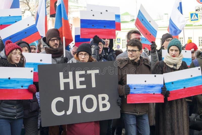 Os milhares reagrupam em Moscou para comemorar o líder de oposição massacrado antes da eleição fotos de stock royalty free