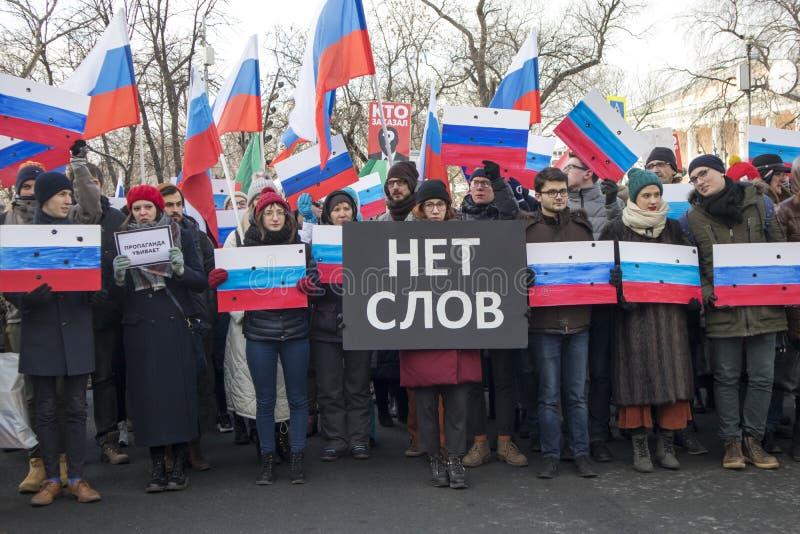 Os milhares reagrupam em Moscou para comemorar o líder de oposição massacrado antes da eleição imagens de stock royalty free
