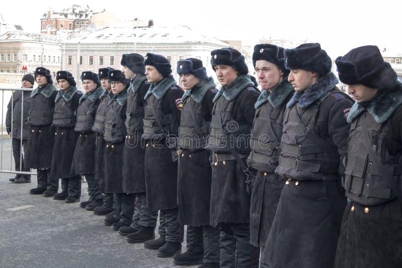 Os milhares reagrupam em Moscou para comemorar o líder de oposição massacrado antes da eleição imagem de stock