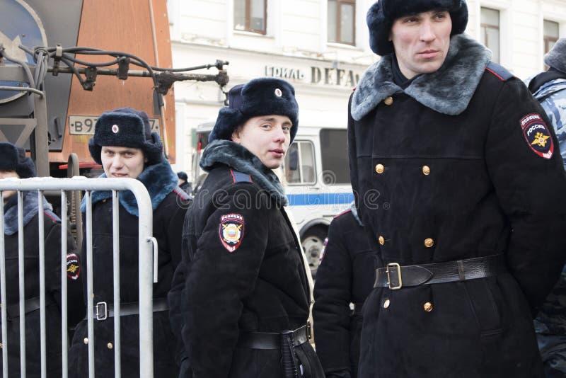 Os milhares reagrupam em Moscou para comemorar o líder de oposição massacrado antes da eleição fotos de stock
