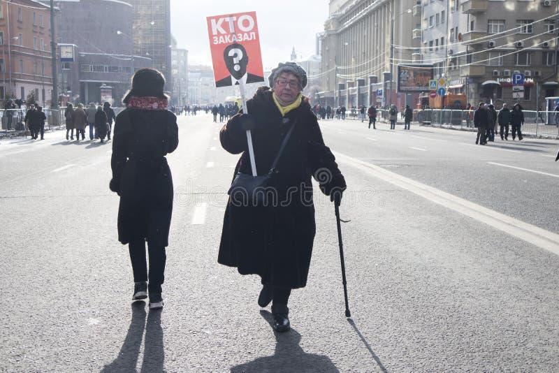 Os milhares reagrupam em Moscou para comemorar o líder de oposição massacrado antes da eleição imagens de stock