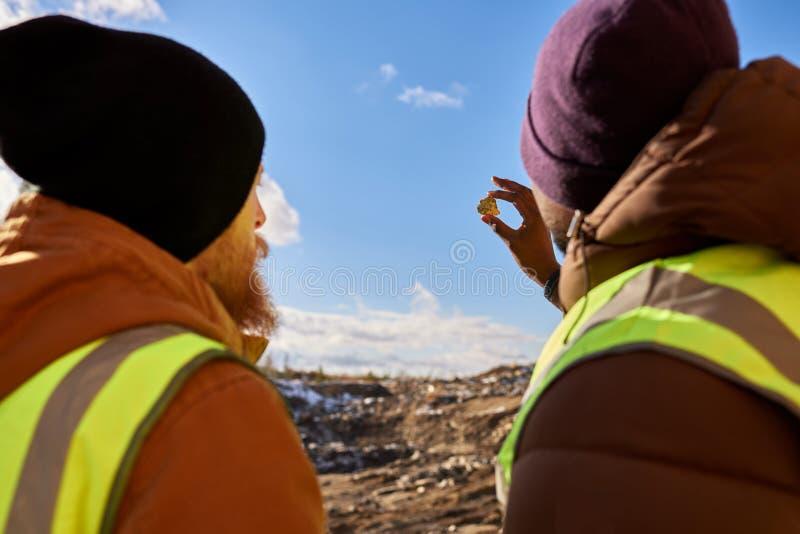 Os mineiros que inspecionam minerais para trás veem fotografia de stock