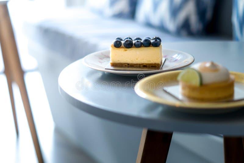 Os mirtilos endurecem e bolos do limão em uma placa do vintage imagem de stock royalty free
