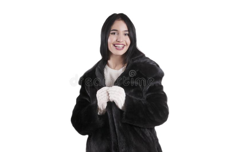 Os mitenes brancos à moda do feriado da camiseta do casaco de pele bonito do preto da senhora isolaram o retrato fotos de stock royalty free