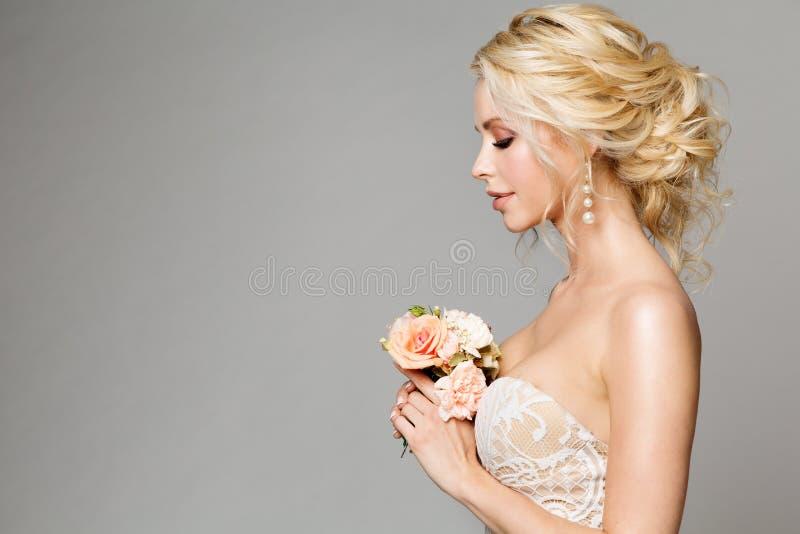 Os modelos de forma perfilam o retrato com ramalhete das flores, a composição bonita da noiva da mulher e o penteado, tiro do est fotos de stock royalty free
