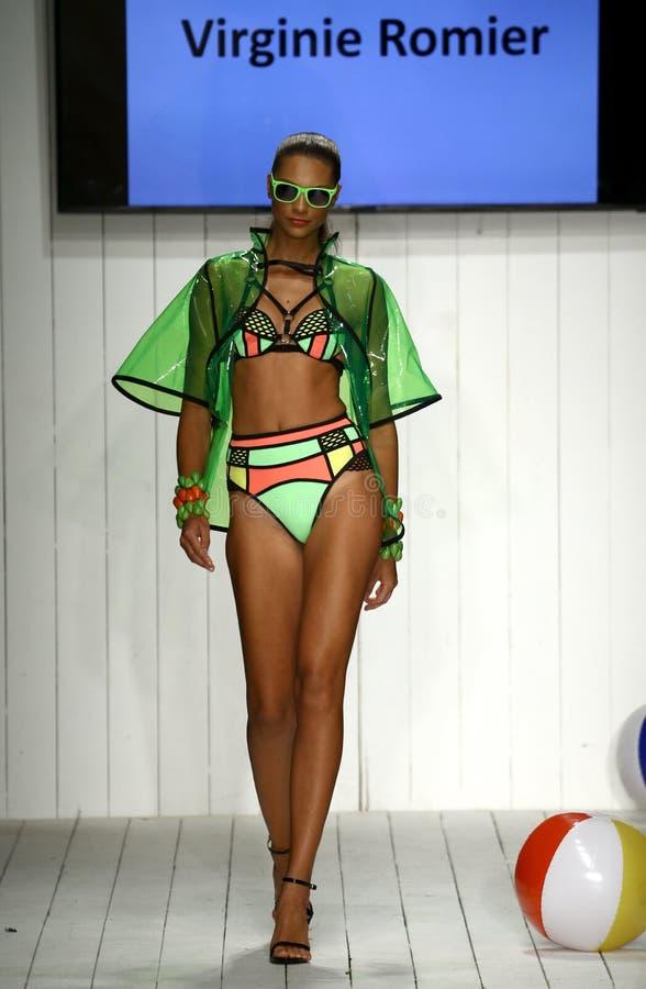 Os modelos enfeitam a passarela no fato da nadada do desenhista durante o desfile de moda do Art Institute imagens de stock