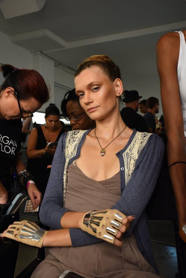 Os modelos preparam de bastidores durante a semana de moda FEITA de Blonds em setembro de 2016 fotografia de stock