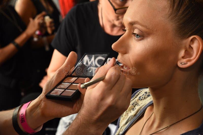Os modelos preparam de bastidores durante a semana de moda FEITA de Blonds em setembro de 2016 imagem de stock royalty free