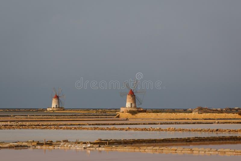 Os moinhos de vento de sal aproximam o Marsala, Sicília imagens de stock royalty free