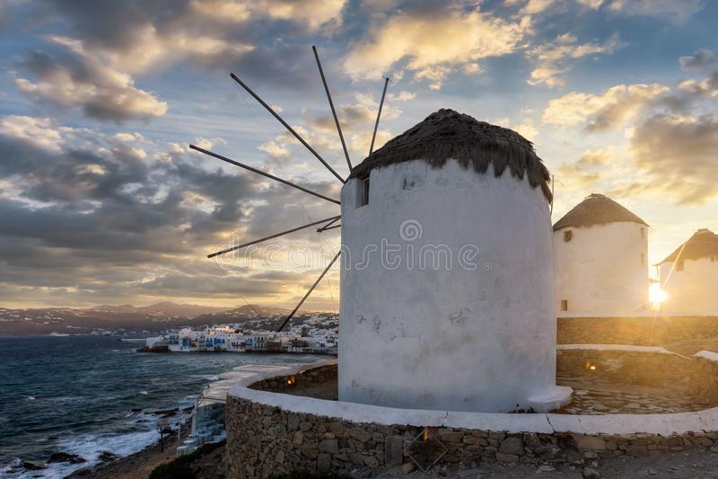 Os moinhos de vento famosos da ilha de Mykonos nos Cyclades de Grécia imagens de stock royalty free