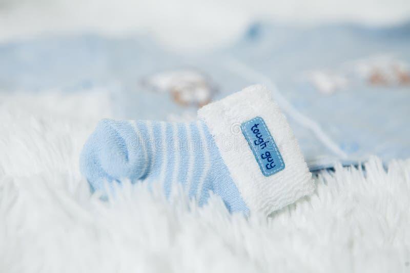 Os montantes feitos malha do bebê azul com coelho açaimam para o rapaz pequeno fotos de stock royalty free