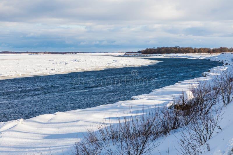 Os montes e as banquisas no rio do inverno imagens de stock royalty free