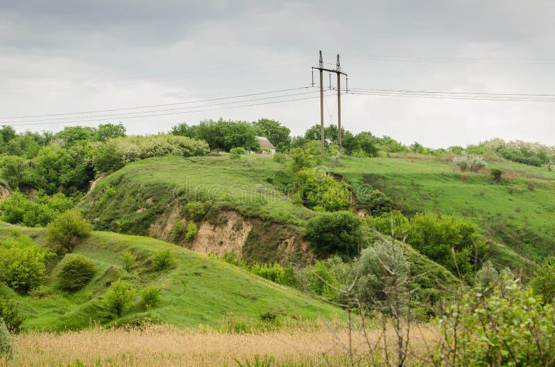 Os montes verdes espalharam para fora sobre o campo imagem de stock royalty free