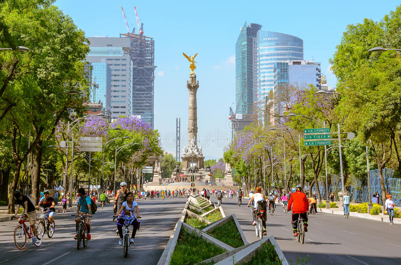 Os motociclistas de Sundayem Paseo de la Reforma, México imagens de stock royalty free