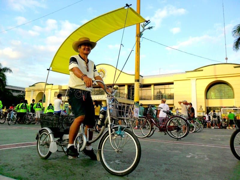 Os motociclistas recolhem para um passeio do divertimento da bicicleta na cidade do marikina, Filipinas imagens de stock royalty free